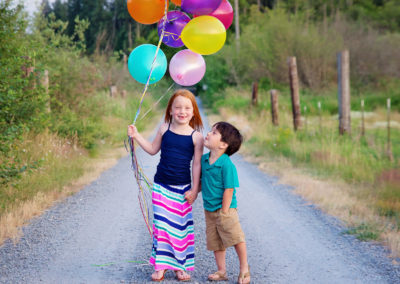 children-photographer-puyallup-dairy farm-balloons-outdoor-siblings2
