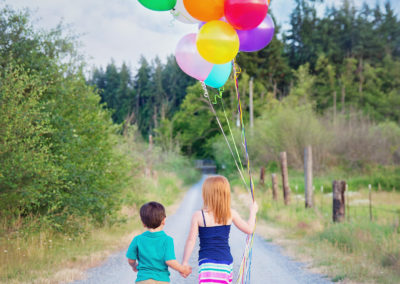 children-photographer-puyallup-dairy farm-balloons-outdoor-siblings1